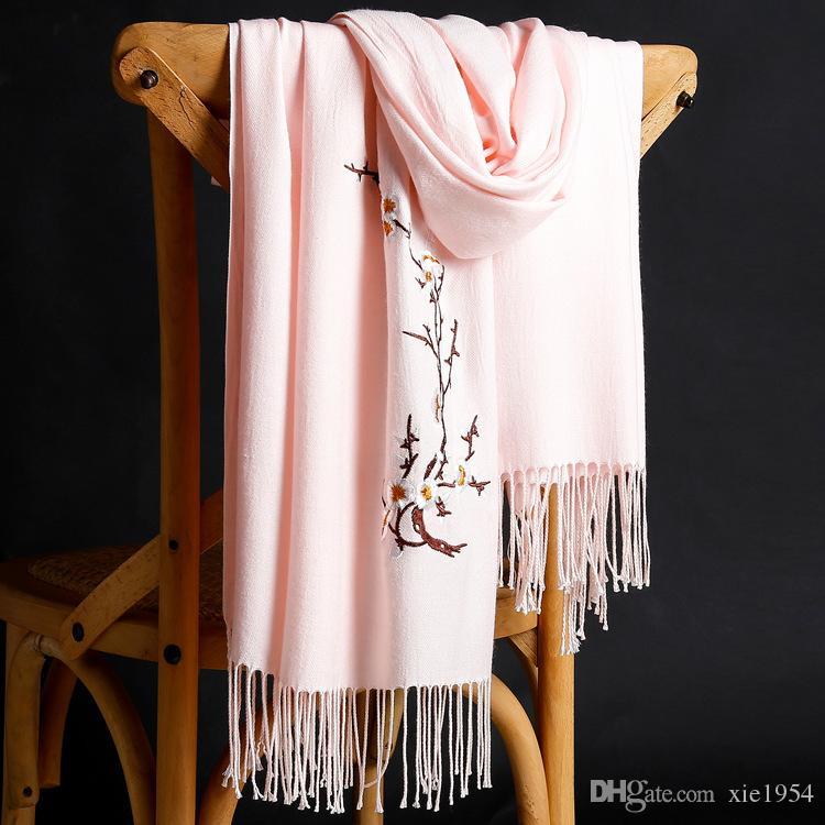 Nuevo otoño e invierno 2018 cachemir bordado bufanda mujer engrosada color sólido cálido franja mantón al por mayor