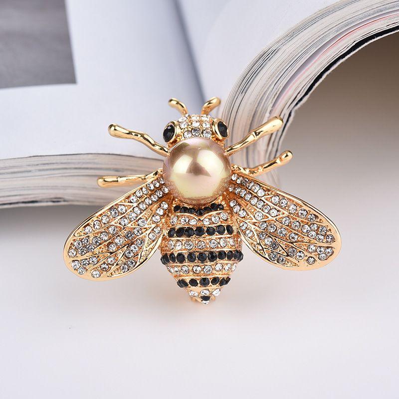 Design di spilla di lusso con perla di calabrone di acqua dolce firmata dal nuovo designer di accessori femminili di spilla di ape di cristallo