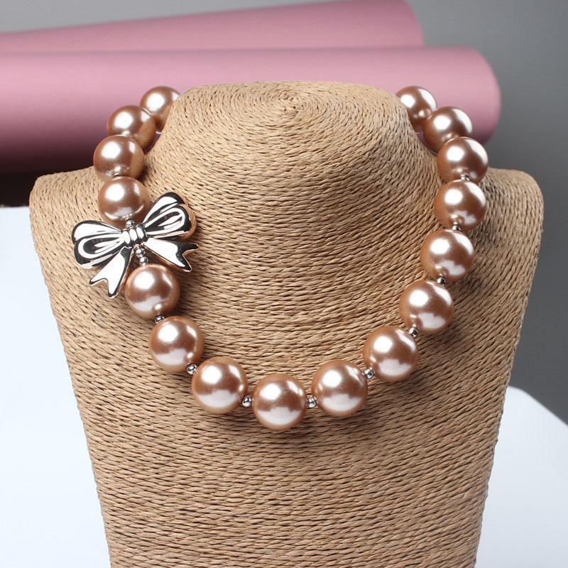 Collana con perline in resina solido a forma di arco