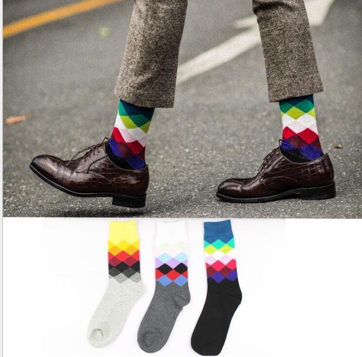Alta qualità 2PCS = 1 PAIR uomo calze felici calzini scozzesi stile britannico colore gradiente maschile moda maschile calze di cotone calze di diamante