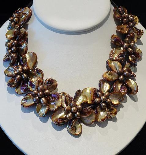 Handgemachte Muschel-Perlen-Blumen-Halskette, braune Farbe barocke Mopp-Frischwasserperlen-Muschel-Blumen-schwarze lederne Halskette
