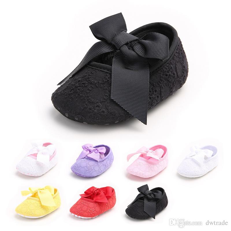Prezzo di fabbrica Pretty Baby Girl Hollow Lace Grande arco antiscivolo Prima Walker Shoes Princess Flower Elegante bambino scarpe 7 colori 0-1 anni