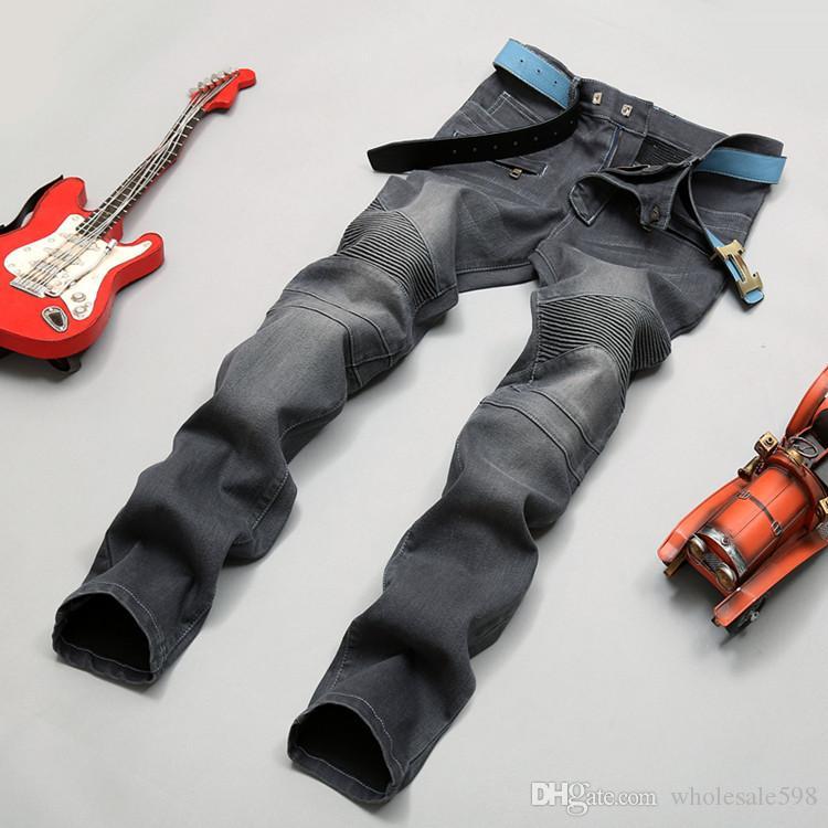 Dunkelgraue Jeanshosen der Art und Weise Männer kleiden Motorradfahrermänner, die sich waschen, um die alten Faltenmänner zu tun Hose-beiläufige Rollbahn-Denim