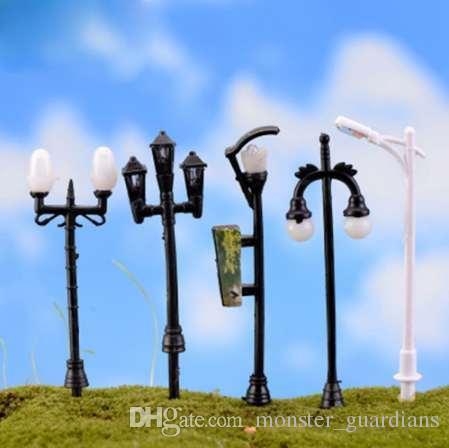 2pcs / set 1:12 Miniatura casa delle bambole in metallo Lampione stradale Lampada da giardino lanterna Micro paesaggio Home Decor mini lampada da giardino