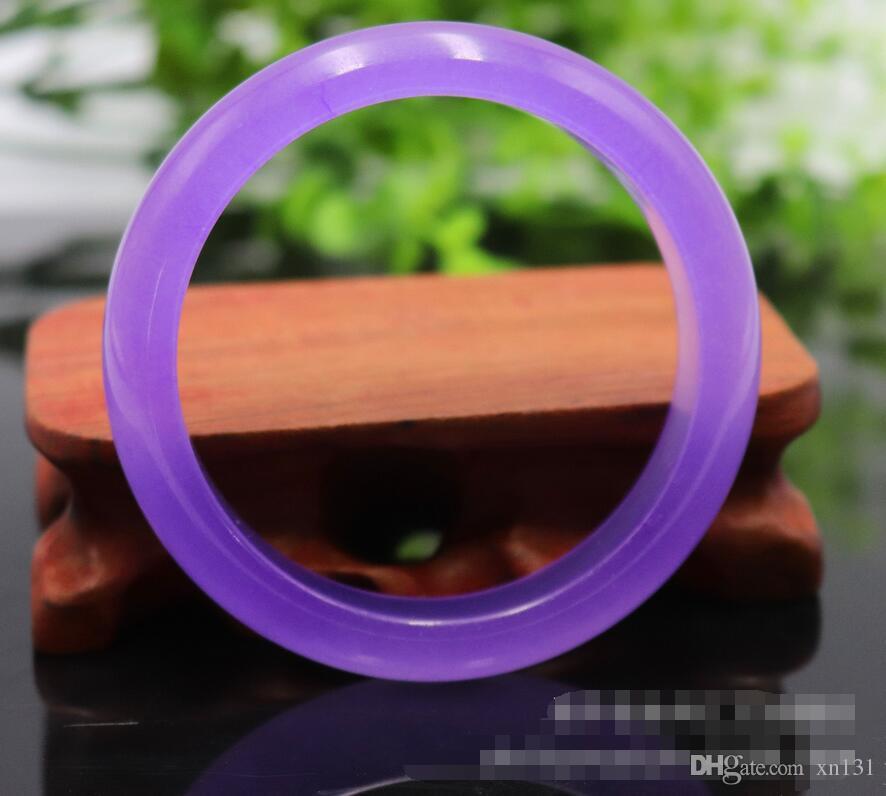 Uma pulseira de jade violeta, uma pulseira de jade roxa, quartzito de quartzo esmeralda.