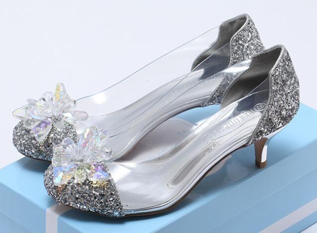 2018 حذاء Cinderella جديد من الكريستال نفسه ، وسبعة أحذية مثقوبة بالألماس ، وحذاء زفاف شفاف ومشرق.