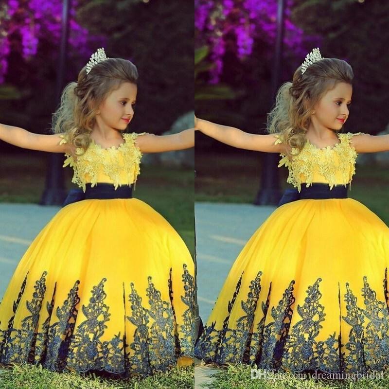 Giallo Flower Girl Dresses 2018 Nuovo Piano Lunghezza Applique Del Merletto Tull Bow Senza Maniche Bambini Abito Spettacolo Per Abiti Da Ballo Custom Made