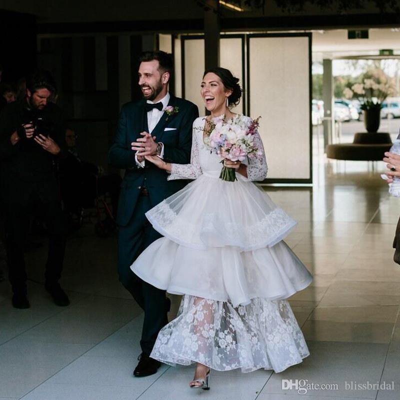 Vestidos de novia de encaje de manga larga con gradas Vestido de novia de cuello alto con cuello redondo Vestido de novia especial Cuello en U sin espalda entallada