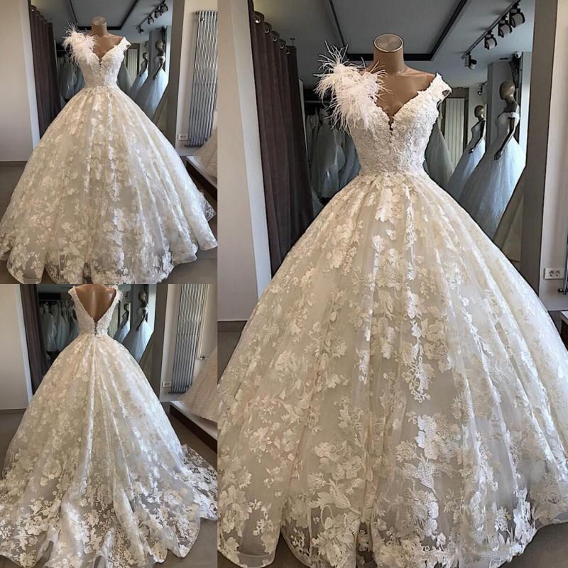 Fleurs en dentelle une ligne robes de mariage en plume blanche sur l'épaule cape manches robes de mariée bas dos train robe de mariage de mariage robes pour les femmes