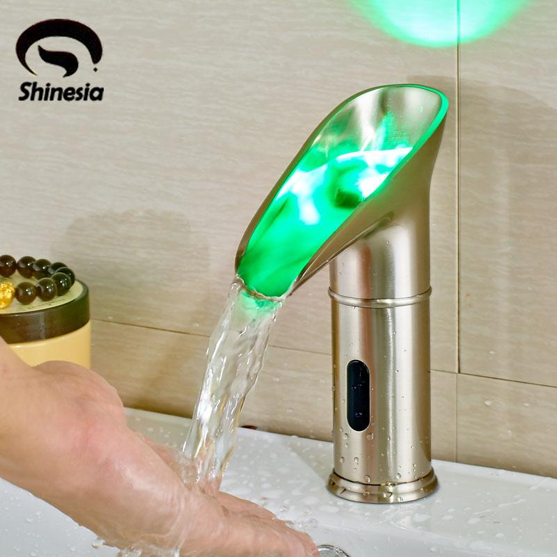 Níquel cepillado Grifo del lavabo del baño NINGUNA manija Grifo automático del sensor con el canalón del LED
