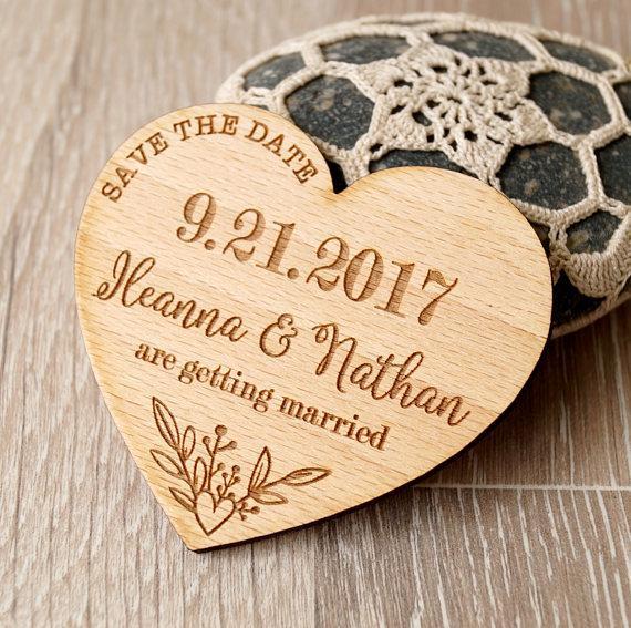 Coeurs Bride Groom personnalisé noms de mariage en bois Enregistrer la fête de fiançailles aimants Date favorise les cadeaux d'entreprise