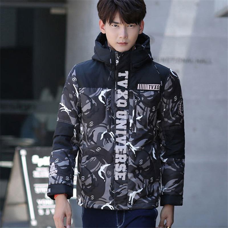 Chaqueta de plumón de invierno para hombre con camuflaje y gorra de abrigo.
