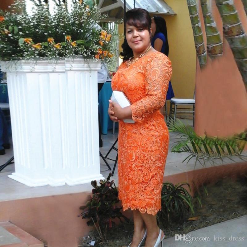 Abiti per la madre della sposa corti in pizzo arancione Plus Size scollo a V Lunghezza tè 3/4 manica lunga Guaina Abiti da sera formale M102