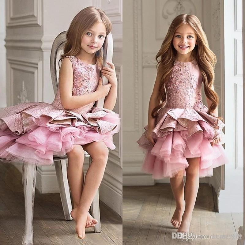 Lindo Rosa Criança Florista Vestido Da Menina Para O Casamento A-line Na Altura Do Joelho Beleza Pageant Vestido de Natal Babados Menina Vestido de Festa À Noite