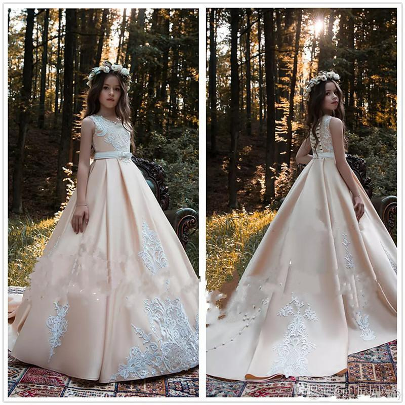 2019 Elegante Champagne Flower Girls Abiti in raso A Line Little Girls Pageant Abiti Appliques Beaded Bow Sash con Lace Up Back Kids Gown
