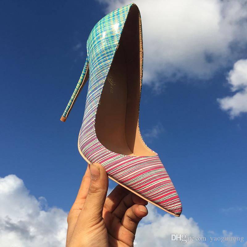 En 2019, los nuevos zapatos de mujer europeos y americanos con líneas de color son elegantes, sexy, con tacones finos y tacones altos puntiagudos. Personalizado s