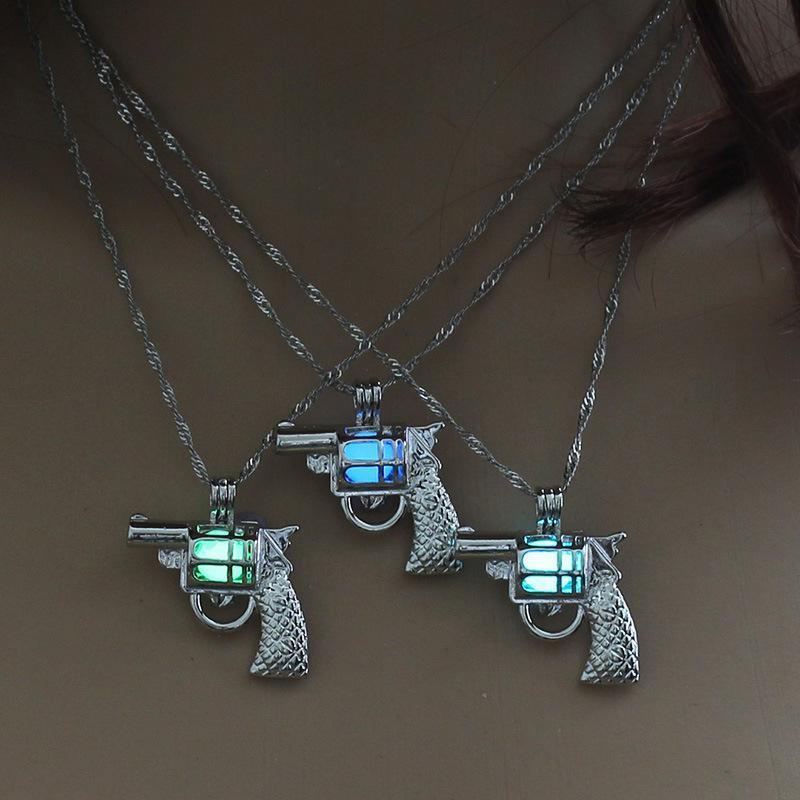 Perles lumineuses pistolet colliers rougeoyant dans les armes creuses sombres Collier Argent Pendentif Pendentif Médaillons Chaînes Bijoux De Mode pour Femmes Drop Ship