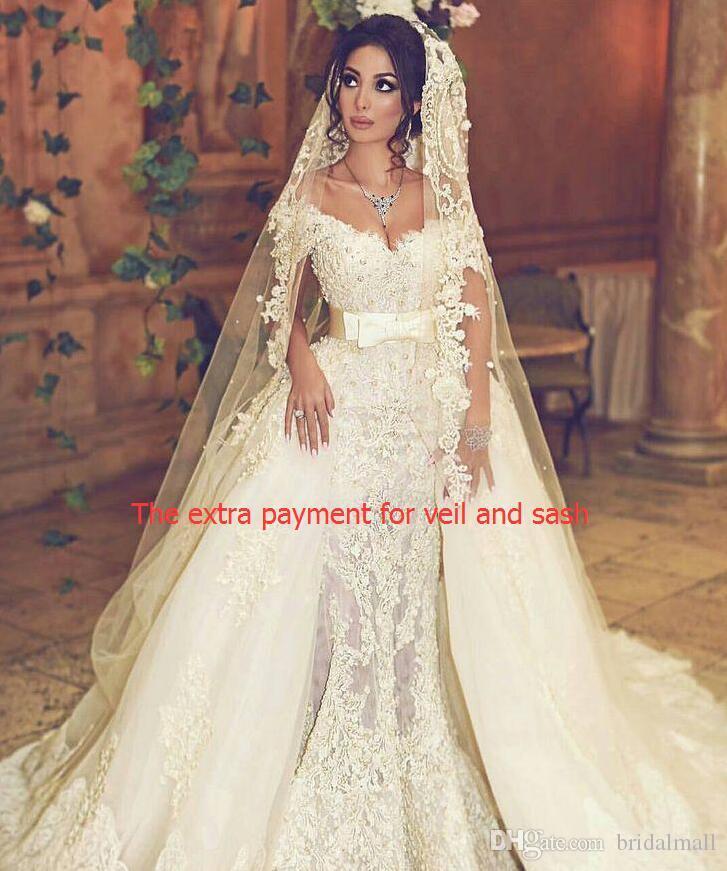 Le paiement supplémentaire pour le voile de mariage et une ceinture pour 50 $