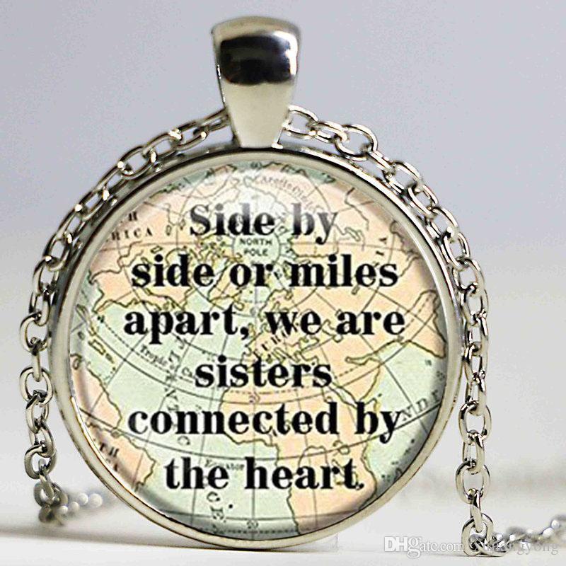 Collier de tuile de verre de tuile côte à côte ou milles dehors nous sommes soeurs reliées par le cadeau de collier de pendentif de chaîne de coeur