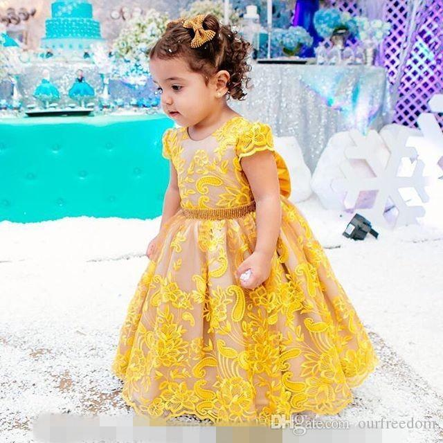 2019 Cute Yellow Ball Gown Girls Pageant Gown O Neck Appliques Pizzo Cape Sleeve Back Bow Flower Girls Dresses Bambini Wear Festa di compleanno Gown