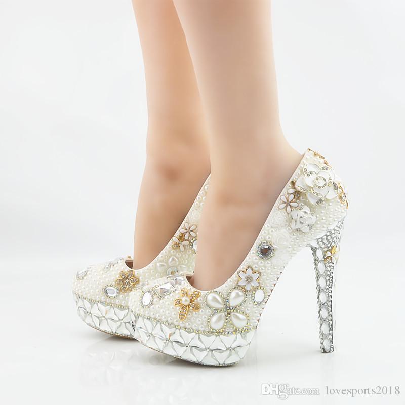 2018 Plataforma de cristal hecha a mano de la manera Tacones altos perlas blancas Zapatos de boda Nupcial punta redonda Tacones altos elegantes Zapatos de fiesta de fiesta