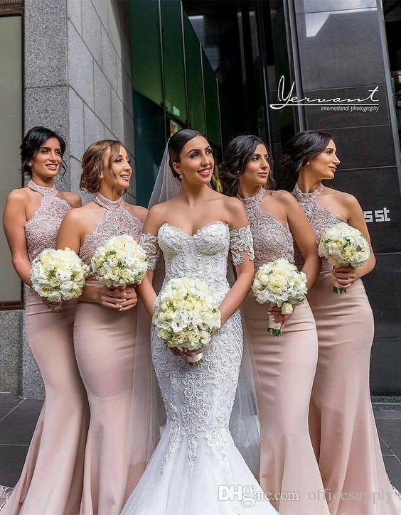 Vestidos de dama de honor de cuello halter largos atractivos Vestidos de fiesta de boda de sirena de encaje sin mangas Estilo de maid de vestidos de honor de país
