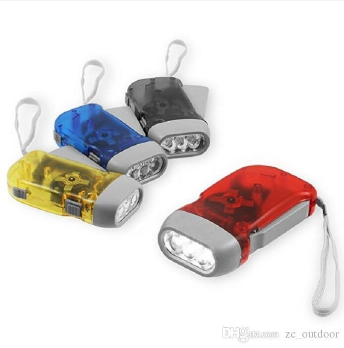 Main appuyant sur dynamo manivelle puissance liquidation lampe de poche torche lumière main presse manivelle camping lampe lumière