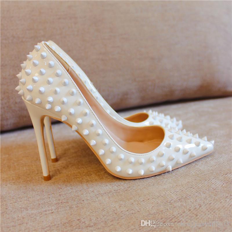 Бесплатная доставка женщины леди женщина 2019 белый лакированная кожа шипы заклепки острым носом свадебные туфли на шпильках туфли на высоких каблуках туфли на высоком каблуке 12 см