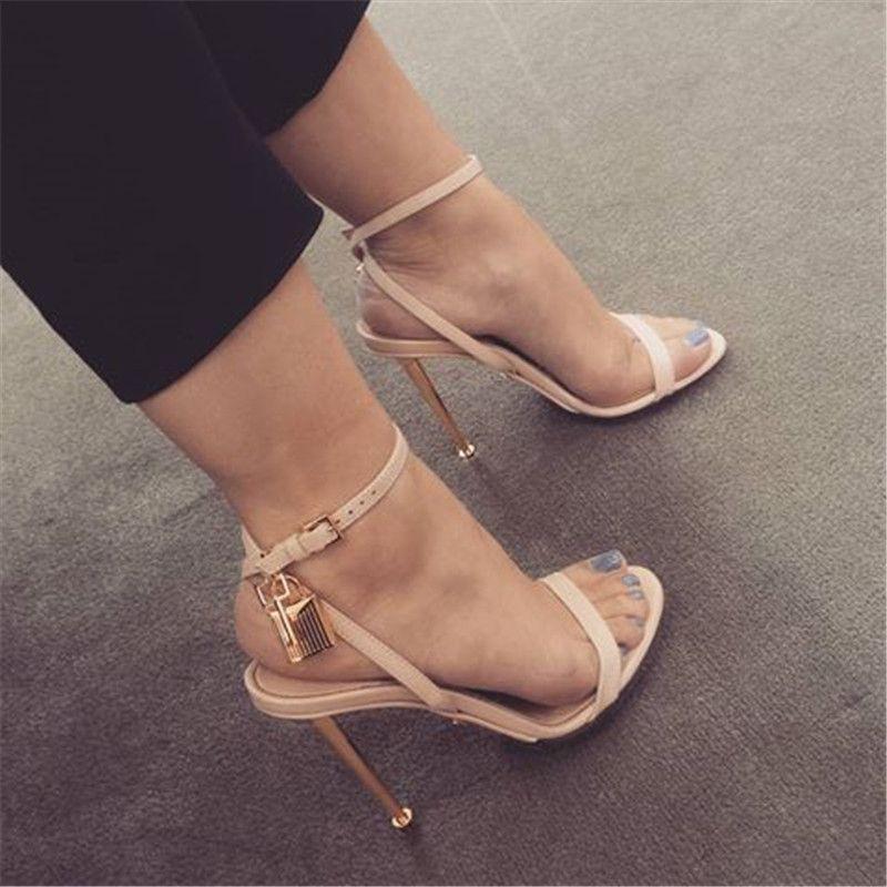 Top marca mulheres moda dedo aberto de uma pulseira de ouro de metal salto Stiletto Design de bloqueio sandálias com tiras no tornozelo sandálias de salto alto sapatos de clube