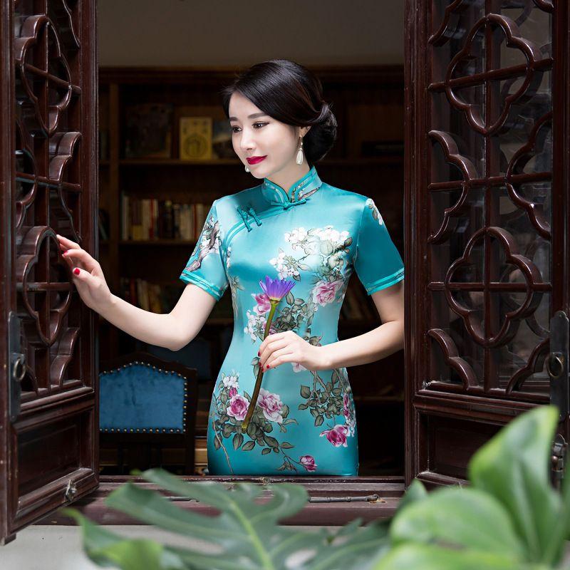 2018 wird der neue Code erweitert, um die Leistung des chinesischen Bankett Cheongsam mit mittlerer Länge zu verbessern.