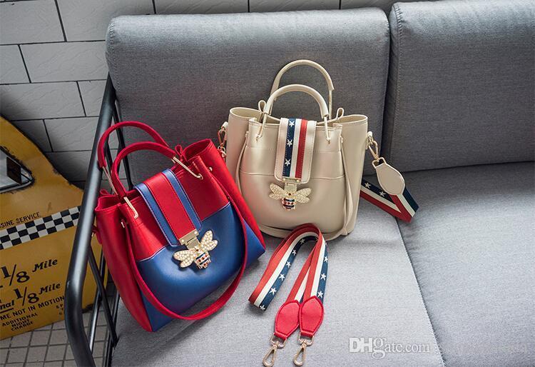 Handtasche. Neues Muster. Lässige Modefrau kreuzen ein PU. Klein. Taschen Tasche. Eimerbeutel. Körper. Handtaschen. Designer-Totes. Schulter 2018. OMTLM.
