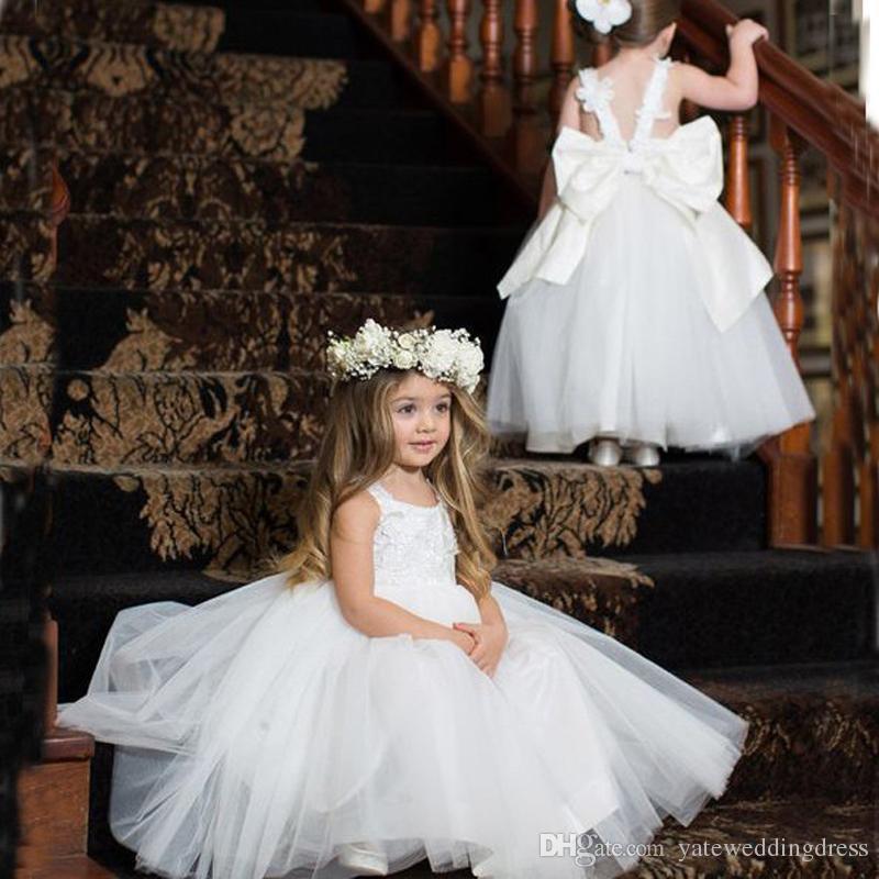 Reine weiße Blumen-Mädchen kleidet Juwel-Sleeveless zurück mit großem Bogen-Geburtstag kleidet abgestufter Rüsche-nach Maß formale Partei-Kleider