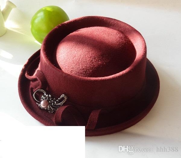 Le nouveau chapeau de haute couture a une broche en forme de chapeau haut avec un fedora pour dames