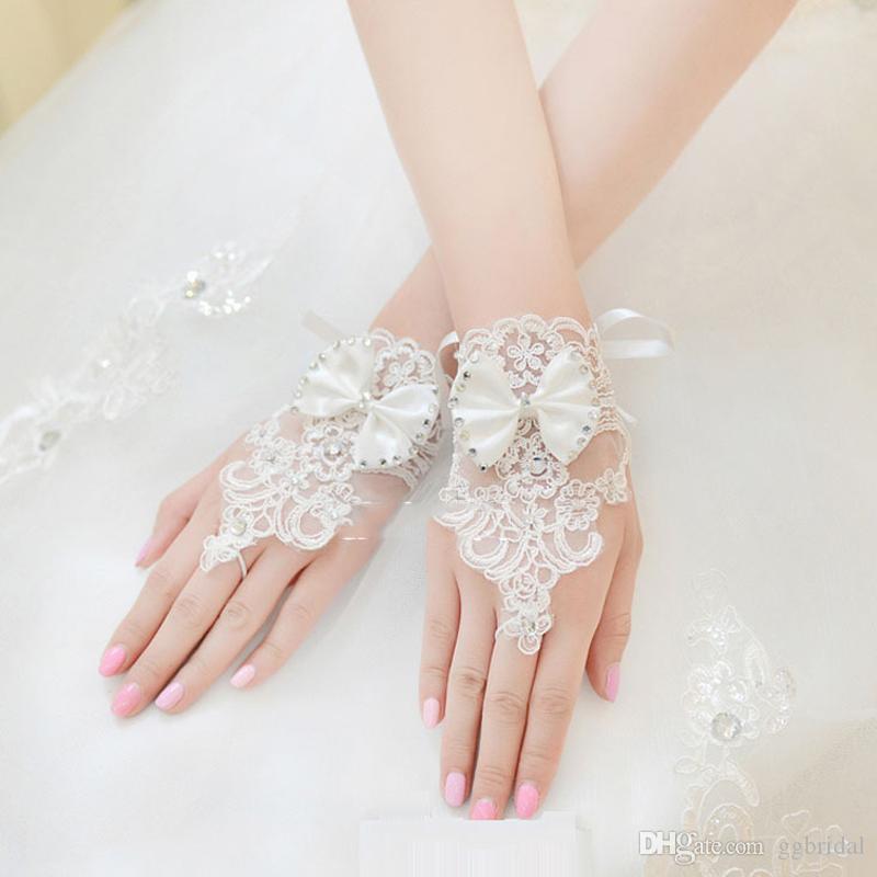 AUF LAGER Günstige Fingerlose Handgelenk Länge Spitze Brauthandschuhe mit Bowtie Blink Perlen Elfenbein Hochzeit Handschuhe Hochzeit Zubehör