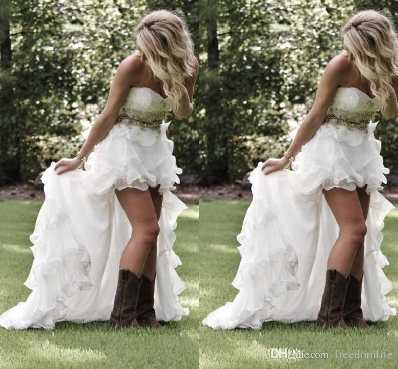 저렴한 국가 스타일 높은 낮은 해변 웨딩 드레스 2019 아가 하트 주름 장식이 Organza 골치 아픈 비품 장착 하이 - 로우 화이트 브라 가운