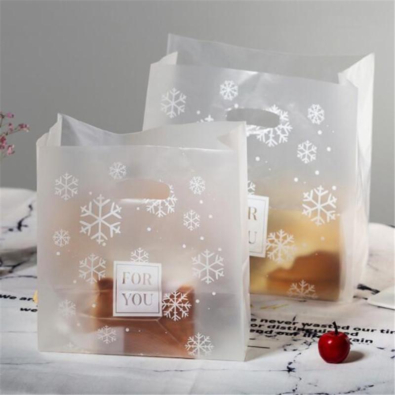 50pcs / Lot Noel Hediyesi Çanta Plastik Butik Torbalar Alışveriş Hediye Paketi Çanta Noel Malzemeleri kar tanesi Günümüze Yeni Kulp