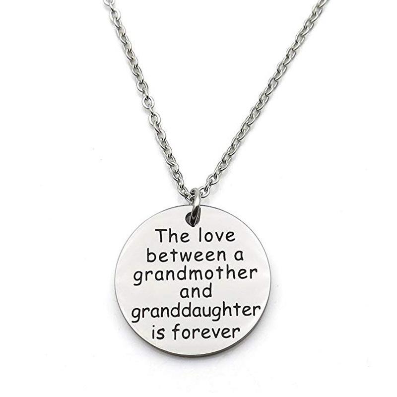 할머니 사이에 손녀는 할머니의 선물 사랑을하고 손녀는 영원히 목걸이 가족 보석 생일입니다