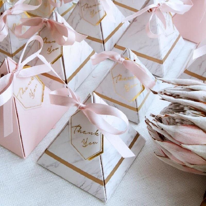 Nova Europa Pirâmide Triangular Estilo Caixa De Doces Favores Do Casamento Fontes Do Partido Caixas De Presente De Papel Com Agradecimentos Cartão Fita T8190629