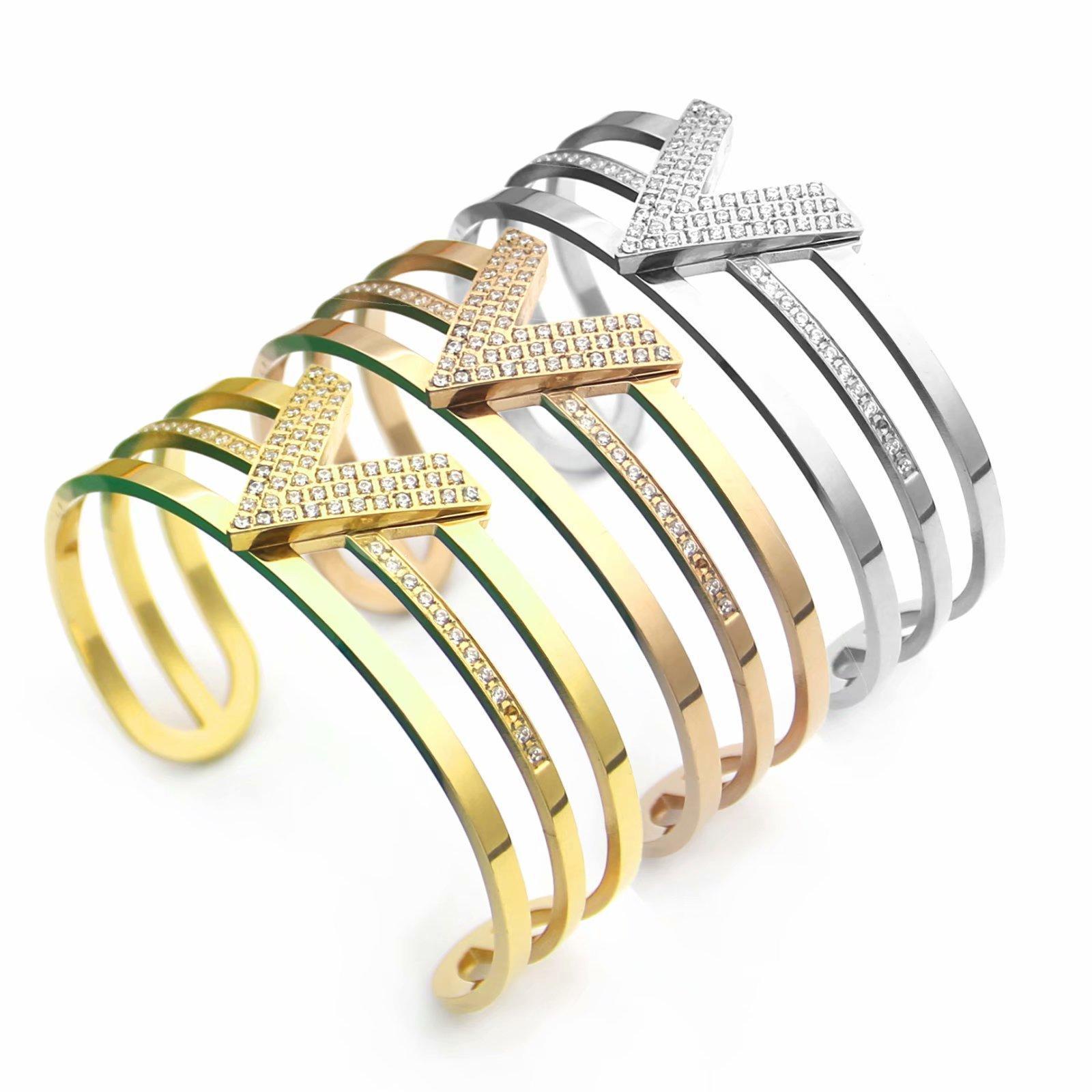 Europa America di modo di stile della signora Women di titanio dell'acciaio 18K placcato oro scava fuori Impostazioni diamante V Lettera Open Wide braccialetti L1