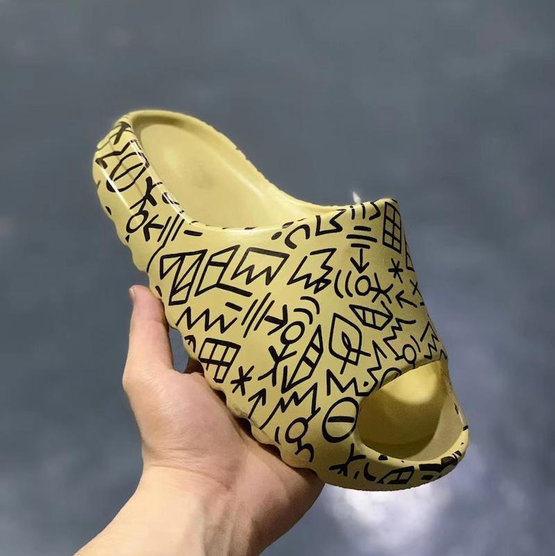 2020 Kanye West Bone Earth 450 Slipper Schiuma Corridore Scarpe Graffiti Slipper Uomo Donne Donne Scivolo Brown Desert Sandals Sandali in resina