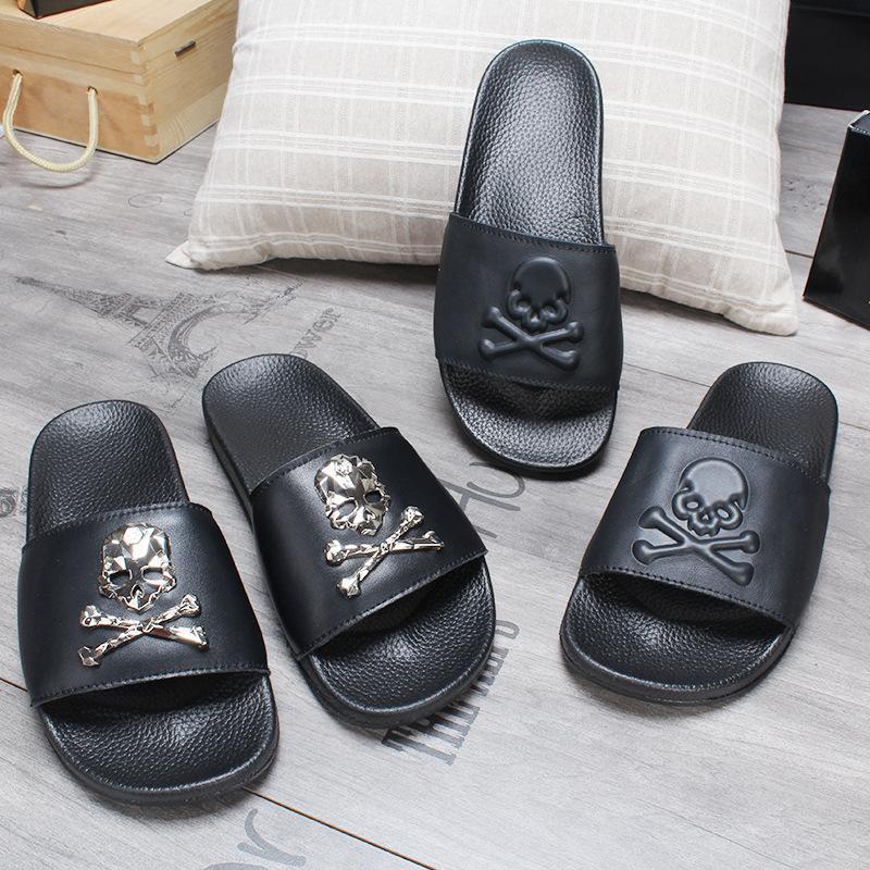Venta caliente Hombres Mujeres Zapatillas New cuero del diseñador de goma playa para señoras Zapatilla Inicio zapatillas antideslizantes zapatos para hombre del cráneo desgastes
