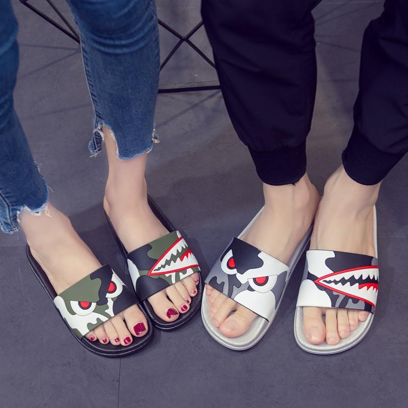 Unisex Karikatür Baskılı Sandalet Yaz Kamuflaj Terlik Çiftler Terlikler Moda Platformu Düz Slayt Terlik Açık Ev Ayakkabı EU36-44
