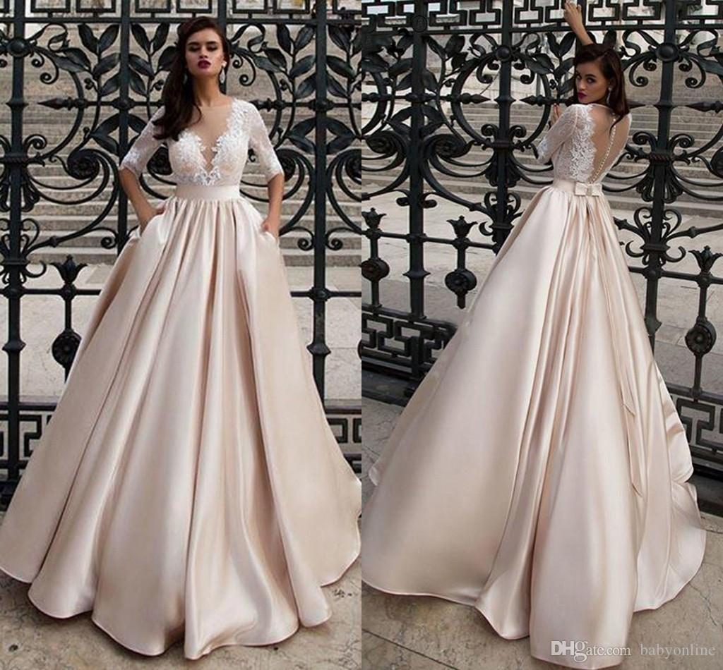 Modestos Champagne laço de cetim vestidos de casamento com bolsos Um Sheer pescoço apliques Top Botão Linha coberto de volta com Bow Knot Verão Boho Robe