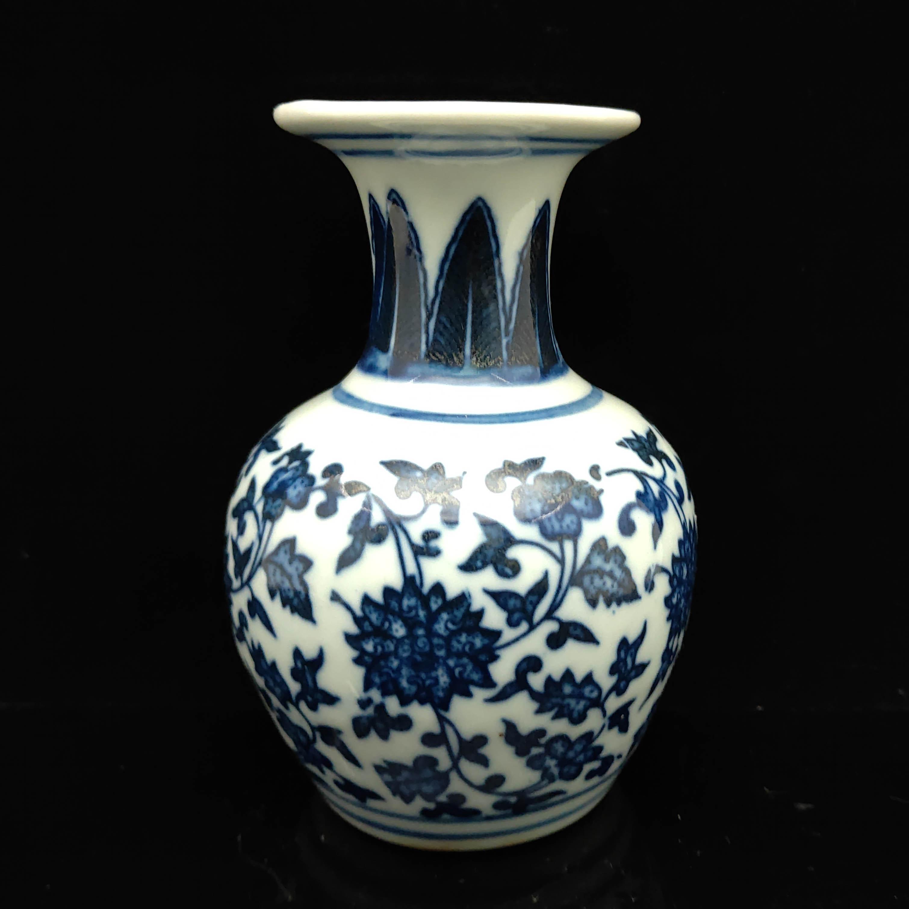 Azul viejo chino y porcelana blanca hecha a mano Jarrón Qianlong marca S039