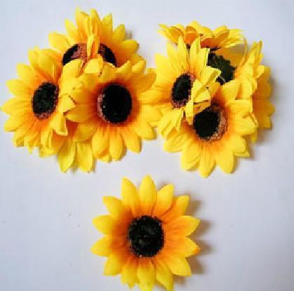 200pcs 7cm künstliche Sonnenblume Köpfe Silk Gelb Farbe Gänseblümchengerbera Blumen für Hochzeit Weihnachten Partei dekorative Blumen
