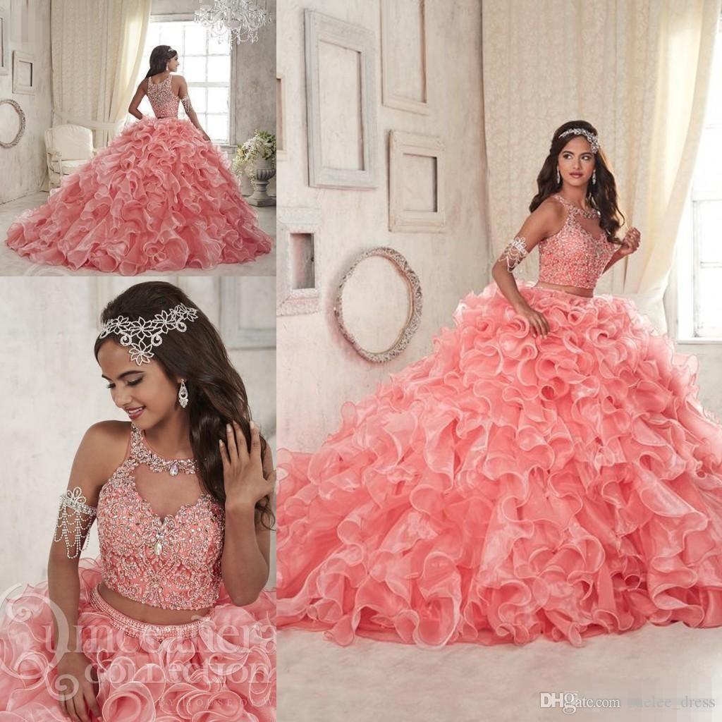 Lusso in rilievo in rilievo a due pezzi Coral Quinceanera Abiti Organza Gonne a Tiered Ruffles Gioiello Neck Custom Made Sweet 16 Prom Ball Gown