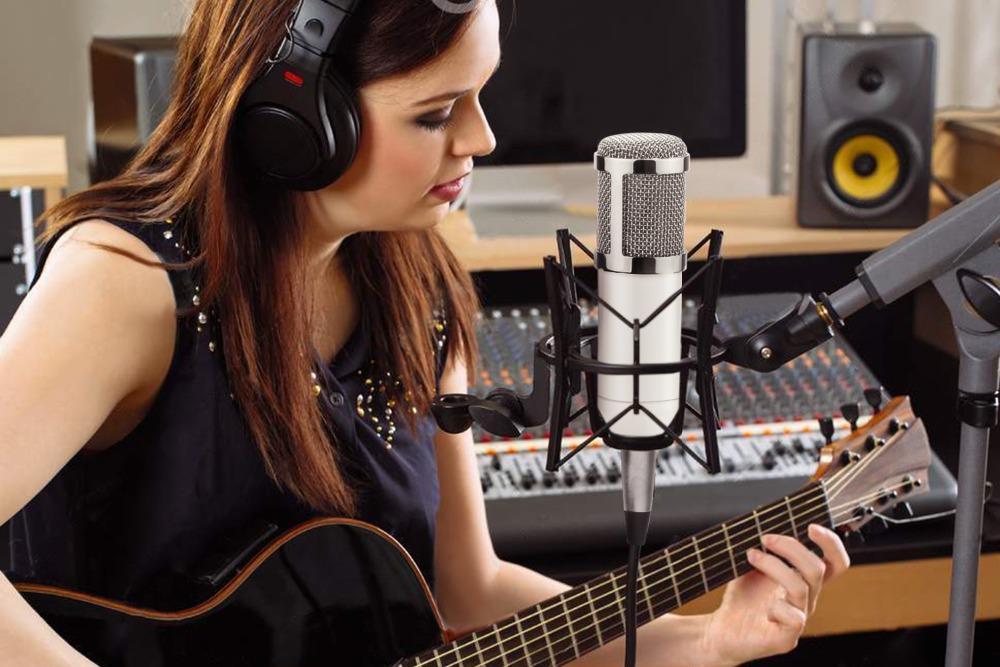 mulher-com-guitarra-em-um-estdio-de-gravao-38048795