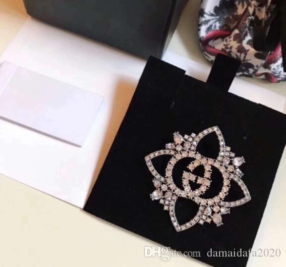 Neue hochwertige Designer Strass Blume Brief Brosche Damen Kleidung Mode-Accessoires
