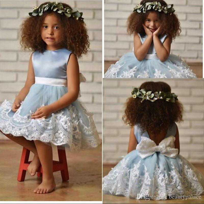 Nouvelle arrivée robe de bal bijou longueur au genou tulle fleurs bleues filles robe dentelle blanche appliques arc retour mignon première robes de sainte communion