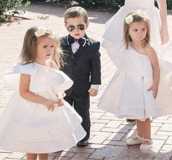 Carino Dress Mini Flower Girls per Matrimoni una spalla knee-lunghezza prima comunione abiti in raso ragazza bella vestiti da spettacolo